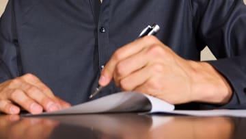 Kontrat imzalanırken