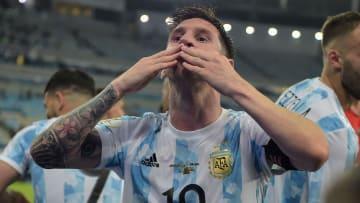 Messi, Lewandowski, Mbappé e mais: confira quem são os 10 favoritos para levar a Bola de Ouro nesta temporada.