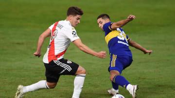 FBL-ARG-BOCA-RIVER - Julián Álvarez, autor del gol, encara con la pelota.