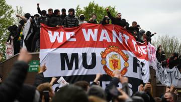 A torcida do Manchester United invadiu o Old Trafford antes da partida contra o Liverpool – maior clássico da Inglaterra pode decidir Premier League.