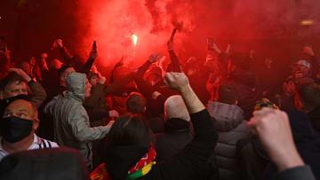 Premier League anunciou que partida entre Manchester United e Liverpool será oficialmente adiada.
