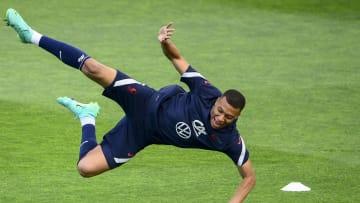 Mbappé intentando una chilena en un entrenamiento con la selección francesa