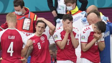Les joueurs danois en choc après le malaise d'Eriksen.
