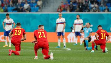 Die belgische Nationalmannschaft kniet gegen Rassismus