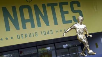 La statue d'Henri Michel est conçue en feuille d'or.