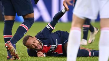 Neymar au sol après avoir encaissé un tacle de Thiago Mendes.