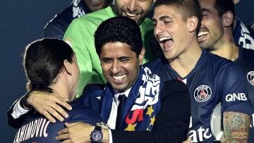 Nasser Al-Khelaïfi abrazado a Ibra tras la coronación en Ligue 1.