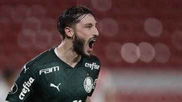 De saída do Palmeiras, Matías Viña desembarcou na Itália no último final de semana, mas ainda não foi oficializado como novo reforço da Roma. Por quê?