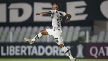 Atacante comemora gol em jogo da Libertadores