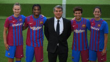 Novo uniforme do Barcelona dividiu opiniões nas redes sociais, e abriu uma discussão sobre o papel da moda na futebol moderno.