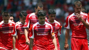 Jugadores del Toluca en un partido ante Cruz Azul.