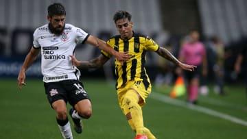 Uruguaio de 21 anos perdeu espaço entre os titulares do Timão e vê com bons olhos uma possível ida ao Colorado.