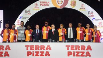 Mustafa Cengiz, imza töreninde oyuncular ve yöneticilerle birlikte.