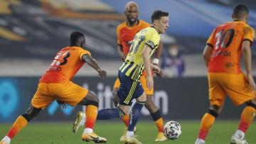 Mesut Özil, Galatasaray savunmasının arasında