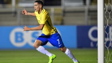 Paulinho em campo pela seleção brasileira sub-17.