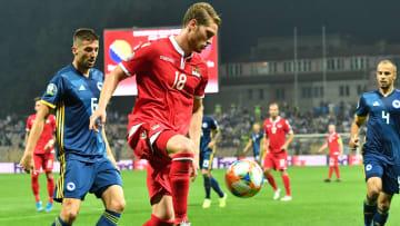 Marko Mihojevic topu uzaklaştırıyor.