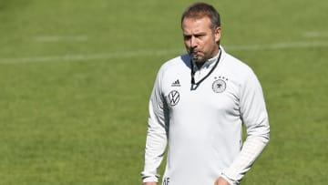Wie wird seine Laune nach dem Island-Spiel sein? Bundestrainer Hansi Flick