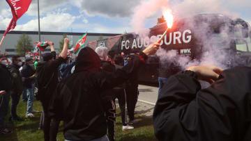 Augsburg-Fans vor dem wichtigen Spiel gegen Bremen am 33. Spieltag.