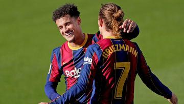 Griezmann y Coutinho abrazándose en un partido contra Osasuna