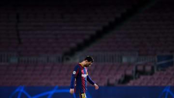 Messi, testa bassa e stadio vuoto: chiaro emblema del momento che sta vivendo il Barcellona