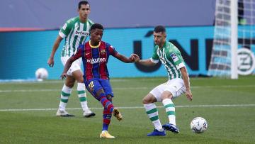 Ansu Fati es marcado po jugadores del Betis