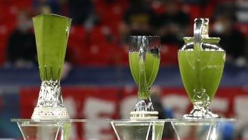 UEFA Avrupa Ligi, UEFA Süper Kupası ve Şampiyonlar Ligi'nin kupaları sağdan sola dizilmiş.