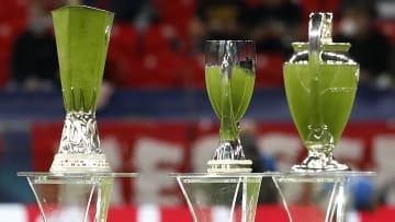 UEFA Avrupa Ligi, Şampiyonlar Ligi ve UEFA Süper Kupası'nın kupaları.