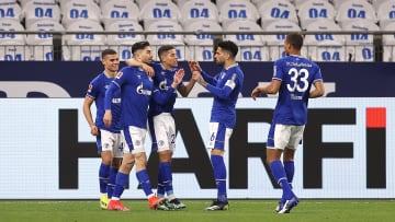 Schalke bejubelt den Treffer von Suat Serdar (2. v. l.)