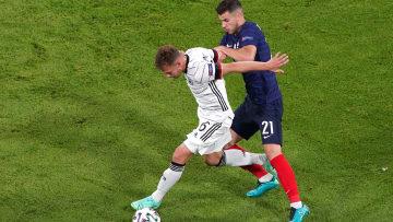 Joshua Kimmich (l.) gegen Bayern-Kollege Lucas Hernandez.
