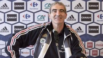 L'ancien sélectionneur des Bleus, Raymond Domench, lors d'une conférence de presse