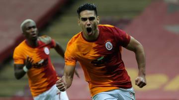 Atacante acabou rompendo contrato com o Galatasaray