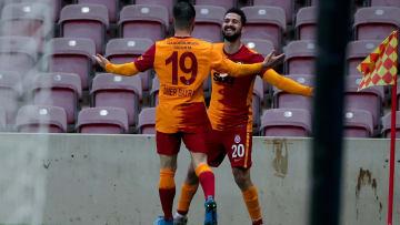 Emre Akbaba'nın Ömer Bayram ile gol sevinci