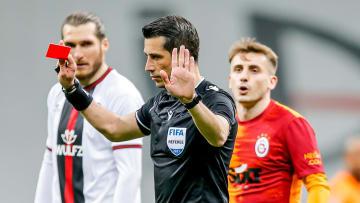 Ali Palabıyık kırmızı kartı iptal ediyor.