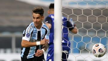 Atacante brilha em campo com dois gols frente ao Lanús