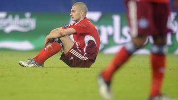 Ein enttäuschter Mladen Petric kauert auf dem Rasen