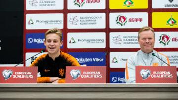 Frenkie De Jong y Ronald Koeman en rueda de prensa