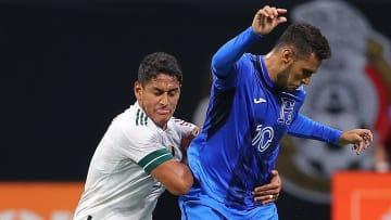 Luis Romo marcando a Alex López en el empate sin goles entre la selección de México y su similar de Honduras.