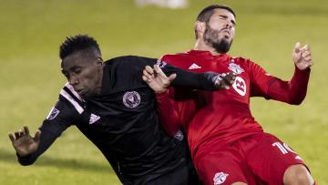 El francés Blaise Matuidi (Inter Miami) y el español Alejandro Pozuelo (Toronto) en el último duelo entre ambos clubes.