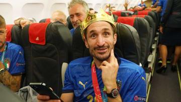 Italy Travel Back to Rome - Chiellini, con la corona del campeón.
