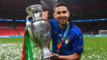 Jorginho dengan trofi Piala Eropa 2020