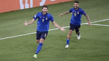 Manuel Locatelli y Lorenzo Insigne celebrando un gol de Italia