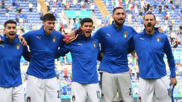 Les Italiens chantent toujours à gorge déployée pendant leur hymne.
