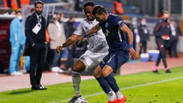 Cyle Larin ile Oussama Haddadi arasındaki ikili mücadele