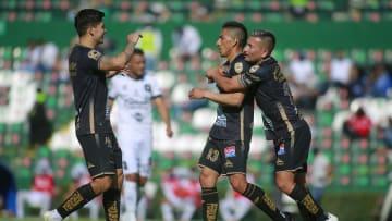 El equipo del León celebra un gol.