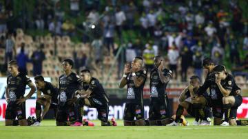 Jugadores del León se lamentan en un partido ante Toluca.