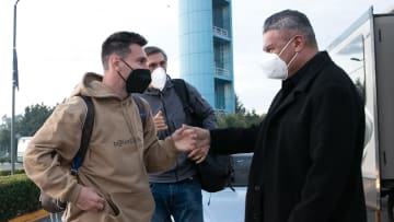 Leo Messi llegó a Argentina y fue recibido por Tapia
