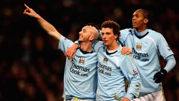 Elano e Jô - ídolos de Santos e Corinthians - atuaram juntos no Manchester City. Quem lembrava?