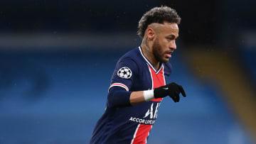 Neymar teve atuação apagada diante do Manchester City e viu sua equipe cair nas semifinais.