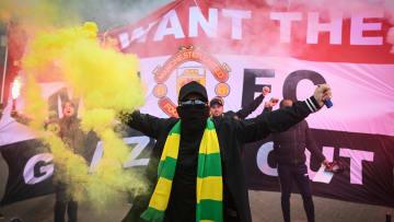 Torcida do Manchester United invadiu o Old Trafford antes do duelo dos Reds Devils contra o Liverpool. A partida acabou sendo adiada.