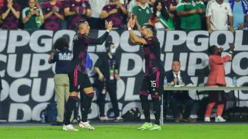 Héctor Herrera y Rogelio Funes Mori celebran un gol ante Honduras.